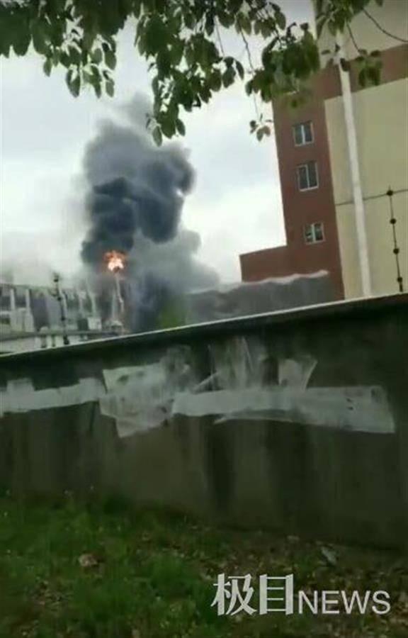 上海金山企业厂房大火持续10余小时,有消防员牺牲